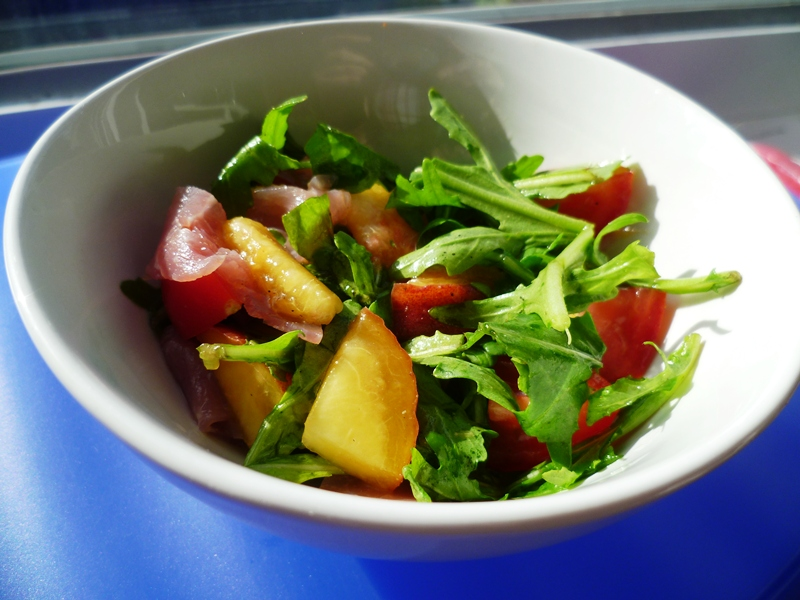 bentown rucola pfirsich salat mit mozzarella. Black Bedroom Furniture Sets. Home Design Ideas