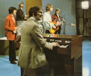 The Moody Blues actuando en un programa de televisión con Mike Pinder y su Mellotron Mk II en primer plano
