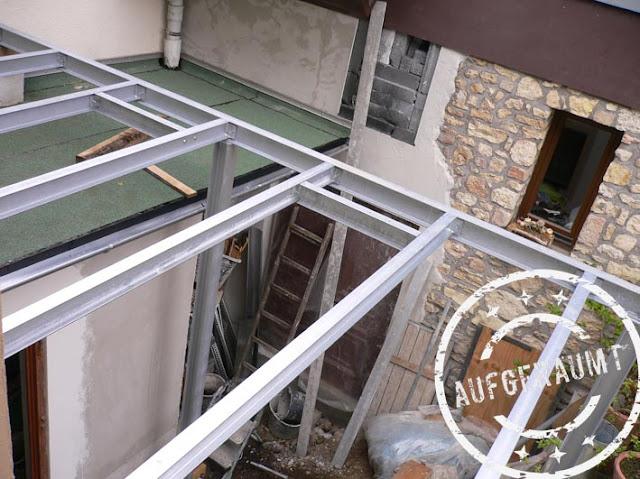 Die Stahlkonstruktion des Balkons