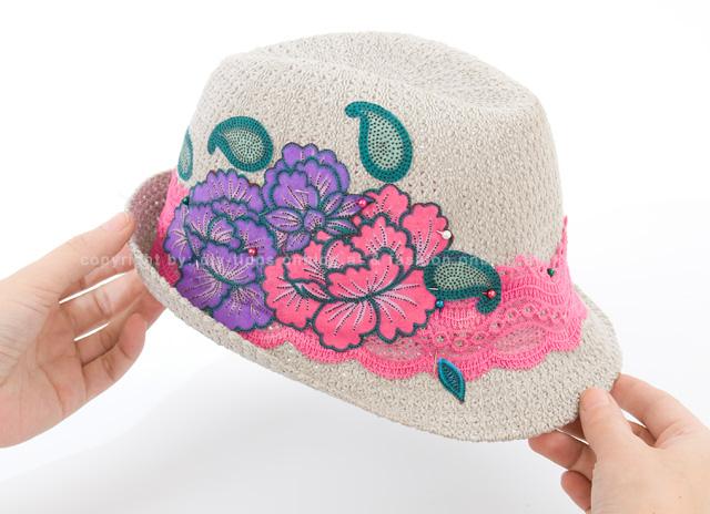 Como decorar un sombrero mimundomanual - Decoracion de sombreros ...