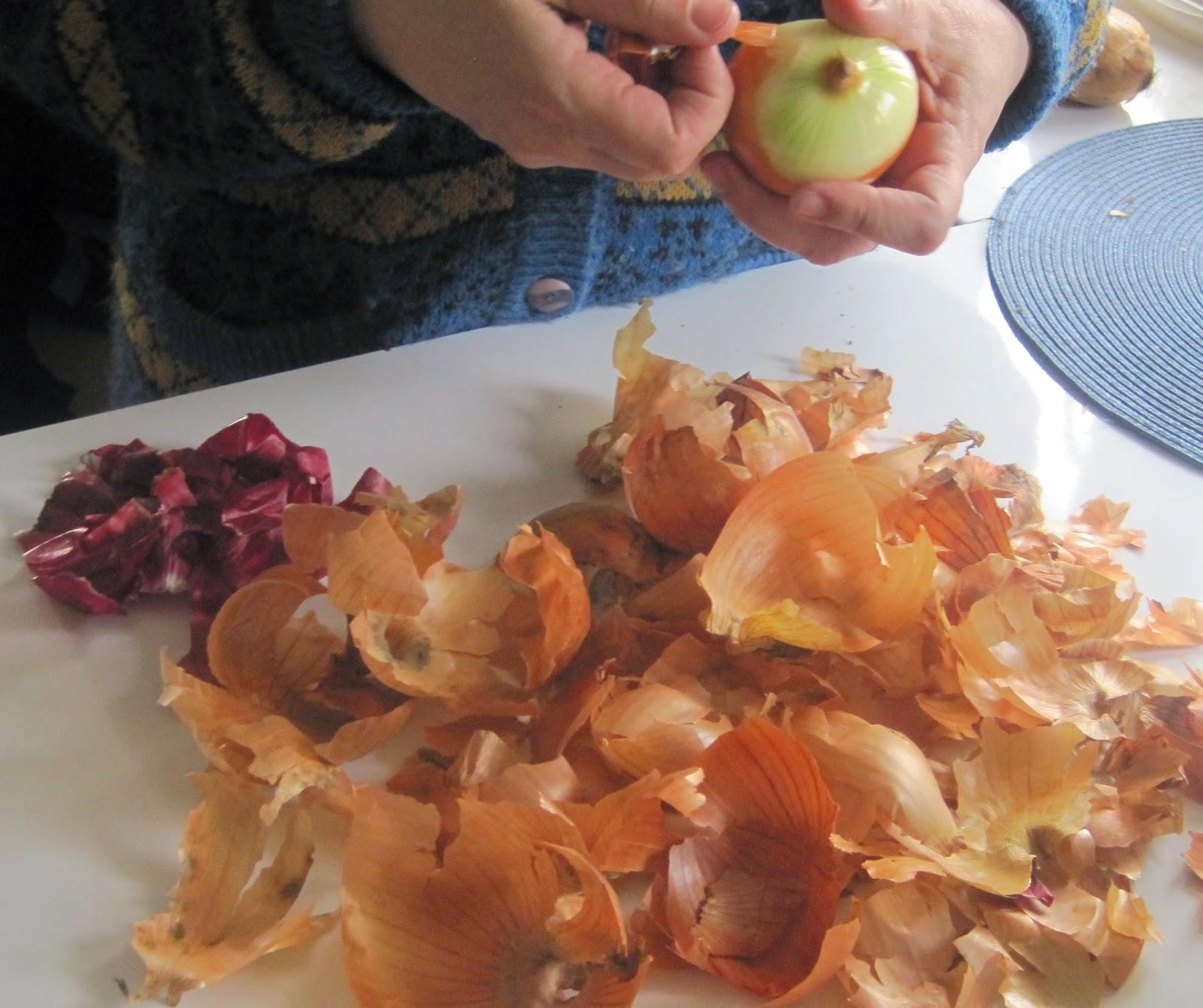 barwienie jajek w łupinach cebuli