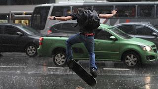 todo mundo acha maneiro andar de skate no colégio