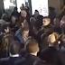 Vídeo: Un joven pega un puñetazo a Mariano Rajoy en su paseo por Pontevedra