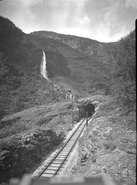 The Flåm Railway near Rjoandefossen as seen in 1942. Photo: WikiMedia.org.