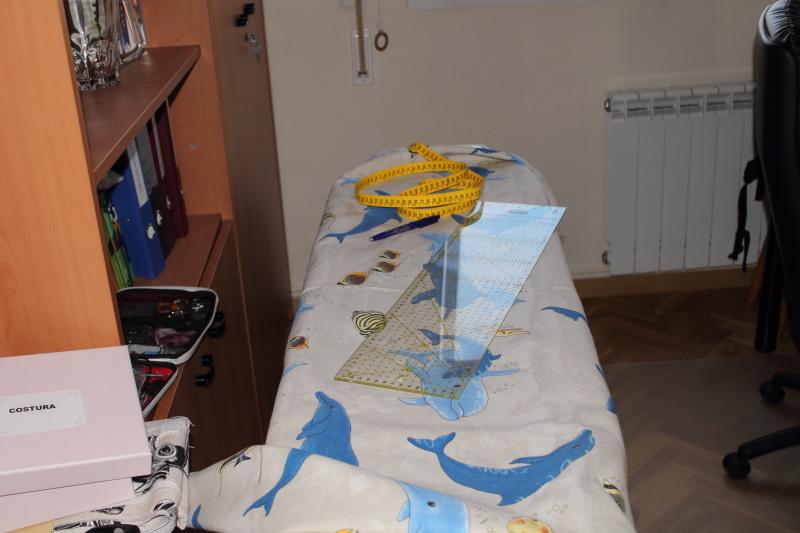 marcamos y cortamos la tela teniendo en cuenta los dobladillos laterales el superior y sobre todo el inferior pues tenemos que tener en cuenta que hay