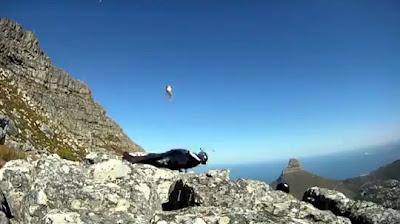ベースジャンプで崖に激突