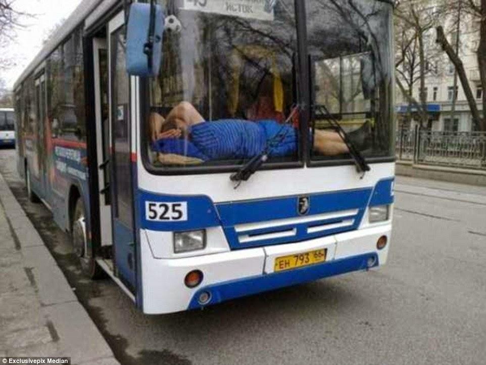 ينام على لوحة قيادة الحافلة
