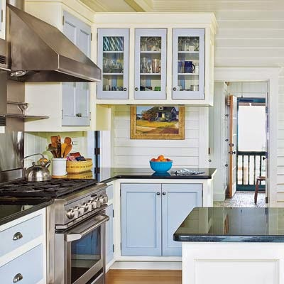 Eye for design decorate your kitchen with two tone cabinets for Two colour kitchen units