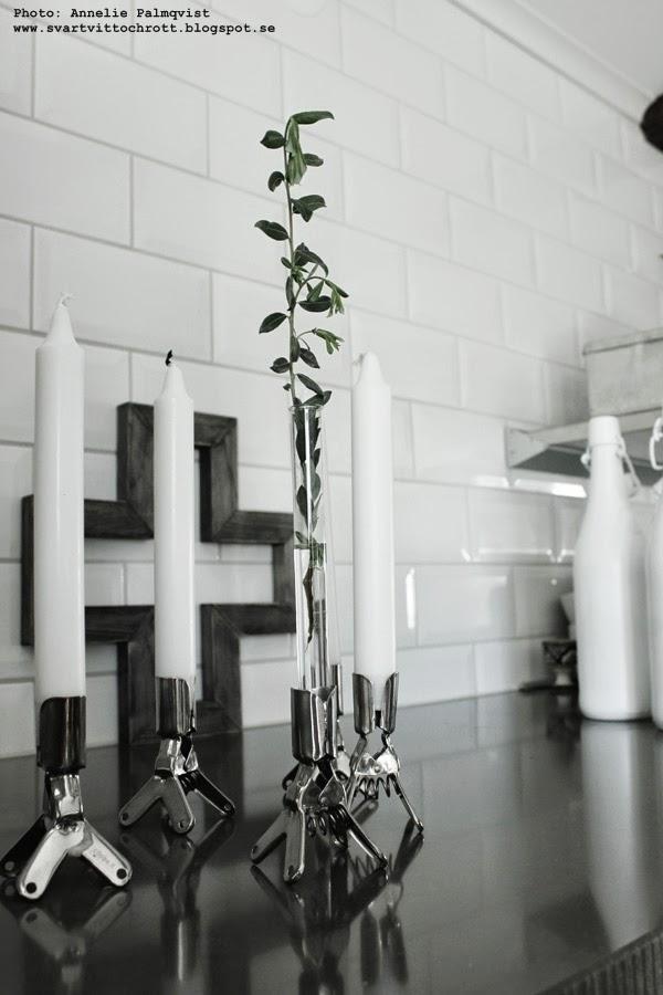 ljusstakar, klämmor, klämma som ljusstake, betonggruvan, klämljusstake, kors av trä i inredning, vitsprayade flaskor, kök, köket 2014, grått och vitt, vita små kakelplattor i köket, hth, vitt, vita, grått, gråa, inredning, inspiration,