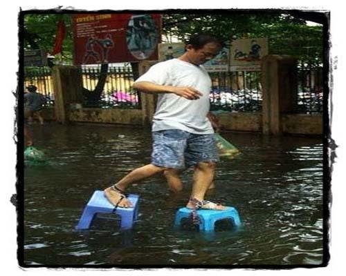 ini dia sepatu keluaran terbaru.. sepatu anti banjir, anti kutu air ...
