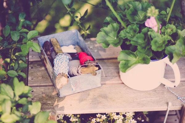 Gartenregal mit Gartenzwirn
