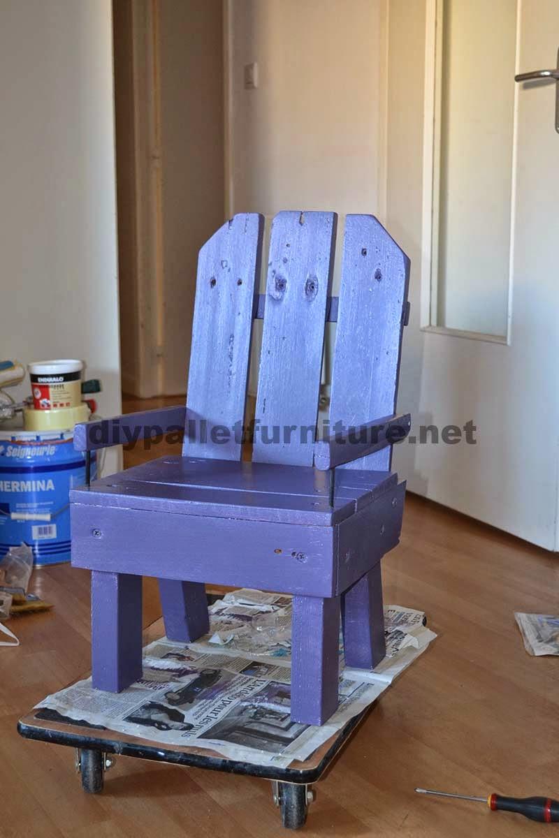 Peque a silla para ni os hecha con palets for Sillas hechas de palets