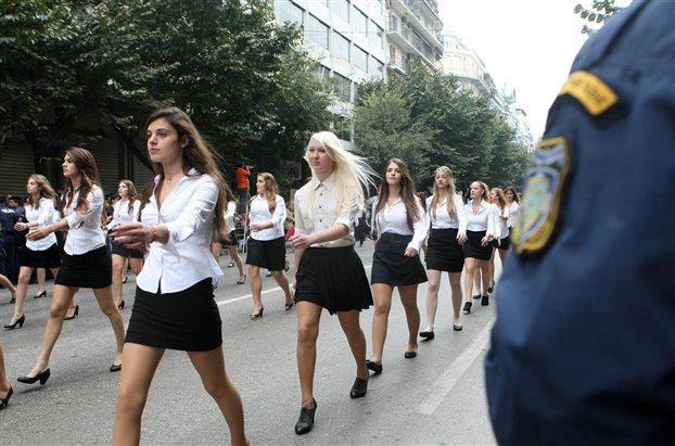 Κορυφαία γκριμάτσα γιαγιάς για τη φούστα μαθήτριας στην παρέλαση