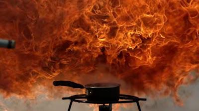 Έχει πάρει φωτιά το λάδι στην κατσαρόλα; Ποτέ μην ρίξετε νερό για να την σβήσετε!