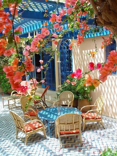 яркие акценты в декоре заднего двора