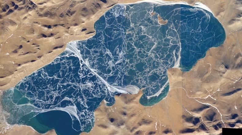 Los intrincados patrones de agrietamiento del hielo en el lago Puma Yumco