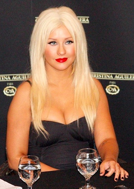 Celebritybuzz us fat christina aguilera in 2011 over weight pictures - Coiffure femme ronde ...