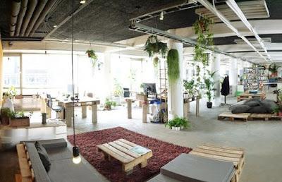 Escritório sustentável com paletes e plantas