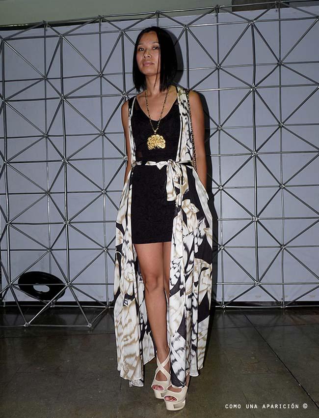 street-style-como-una-aparición-women-little-black-dress-floral-prints-golden-necklace
