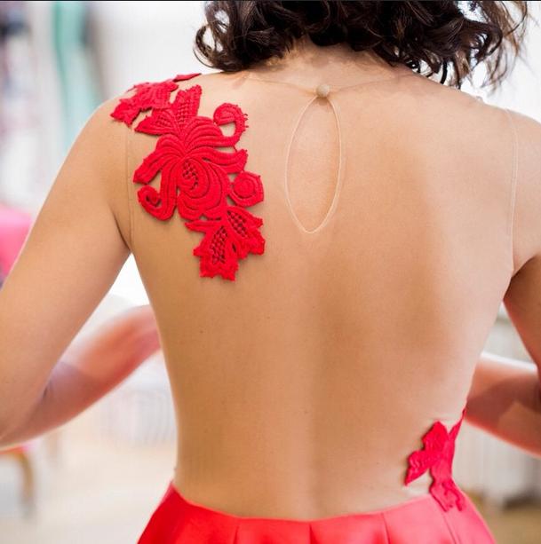 Detalle de la espalda del vestido de Toni Acosta