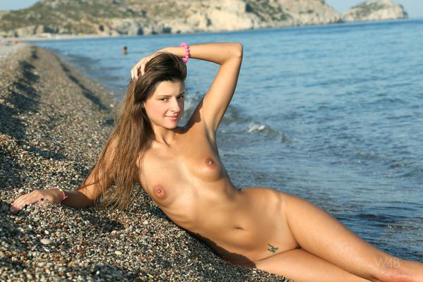 Novinha safada e gostosa exibindo sua xoxota na praia