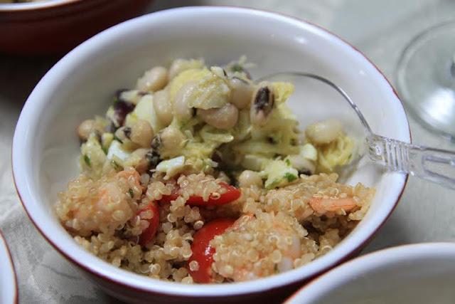Duo de salada de feij�o-frade e bacalhau e quinoa, camar�o e hortel�