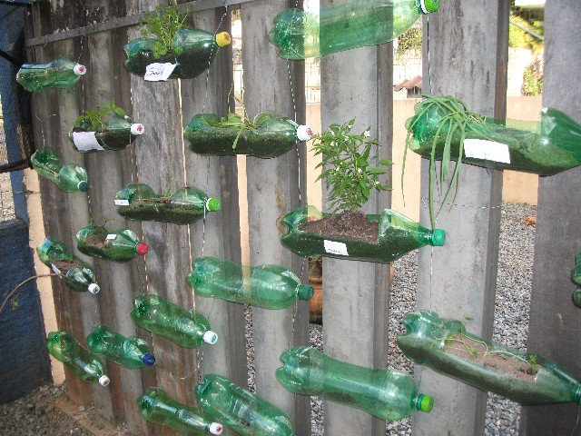 Naturaleza y reciclaje huerto vertical con botellas de for Imagenes del huerto vertical
