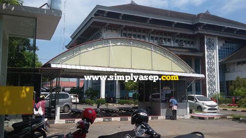 DRIVE THRU :  Loket ini disediakan untuk pembayaran tagihan listrik di depan Gedung PLN di Jalan Ahmad Yani Pontianak.  Loket ummnya ada disetiap loket PLN di seluruh Indonesia.  Foto Indonesia