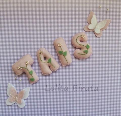 Nome de menina em feltro bordado com florzinhas de mini pérolas