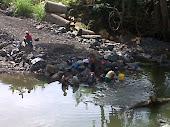 Limpiando la ropa en el rio