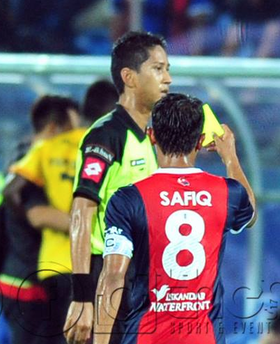 Aksi Lucu Pengadil Liga Super Dilayangkan Kad Kuning Jadi Viral
