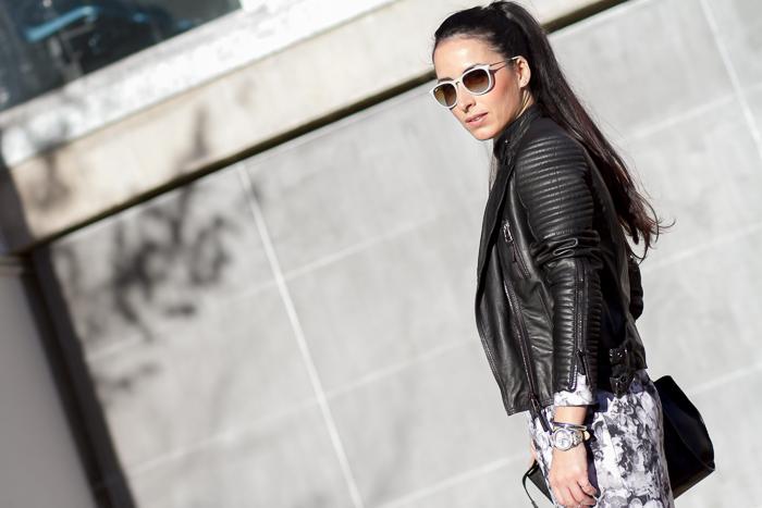 Outfit con chaqueta de cuero negra acolchada y gafas de sol Ray-Ban Erika de la Bloguera Valencia withorwithoutshoes