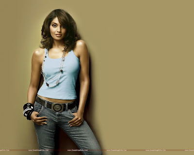 Bipasha Basu Wowing Wallpaper in Players