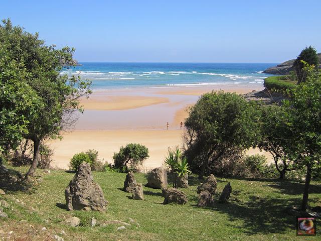 Playa de la Arena en Isla, Arnuero (Cantabria)