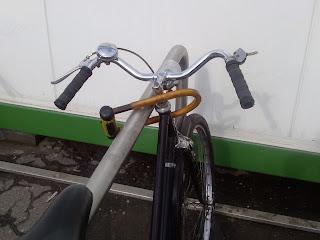 rower przypięty za wspornik kierownicy