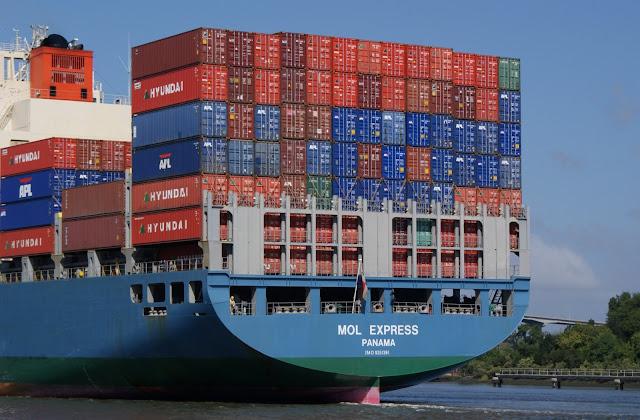 buque con contenedores