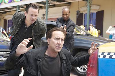 Escena de la película Contrarreloj, donde se como esta Nicolas Cage de rodillas y le van a esposar.