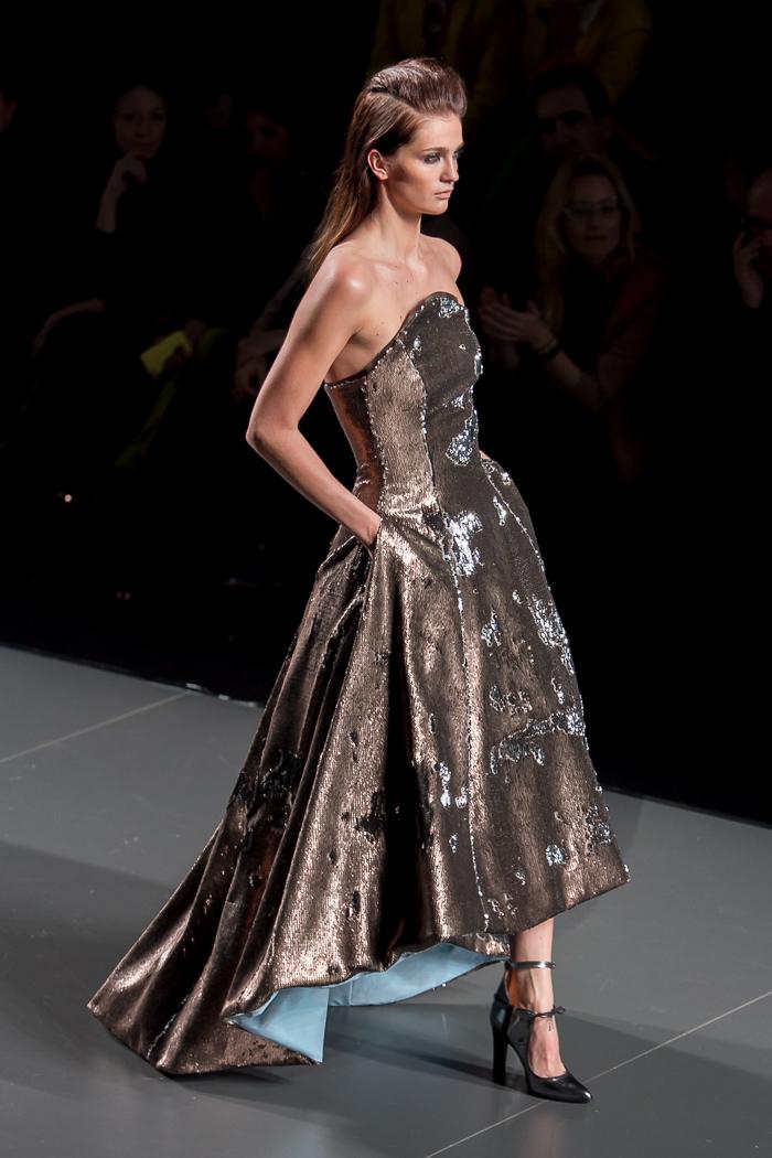 Vestido palabra de honor dorado fiesta costura Modelo colección American Landscape desfile de ANA LOCKING MBFWM