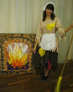 Катя в роли Золушки в школьном новогоднем спектакле