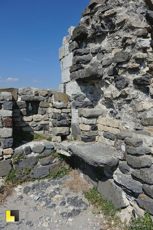 vestige de cuisine dans les ruines du château de mirabel photo blachier pascal