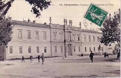 «Hôtel-Dieu Carpentrad début XXe s» par Unknown early 1900s — Scan old postcard. Sous licence Domaine public via Wikimedia Commons - http://commons.wikimedia.org/wiki/File:H%C3%B4tel-Dieu_Carpentrad_d%C3%A9but_XXe_s.jpg#/media/File:H%C3%B4tel-Dieu_Carpentrad_d%C3%A9but_XXe_s.jpg