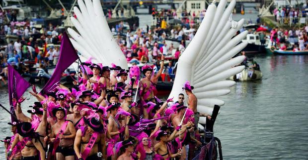 Na Holanda, além das ruas, lésbicas, gays, bissexuais, travestis e transexuais também invadiram o mar durante Parada do Orgulho (Foto: Robin Utrecht/EFE)