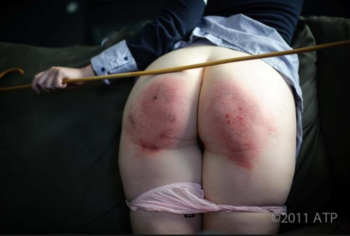 Фотография: девичья сочная попка без трусиков наказанная отшлепанная. Фото из личной коллек