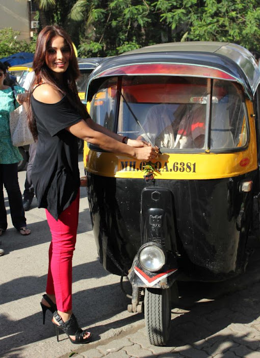 Bipasha Basu promote Raaz 3 auto rickshaw