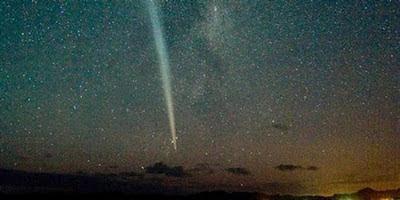 Cometa se ve en el cielo
