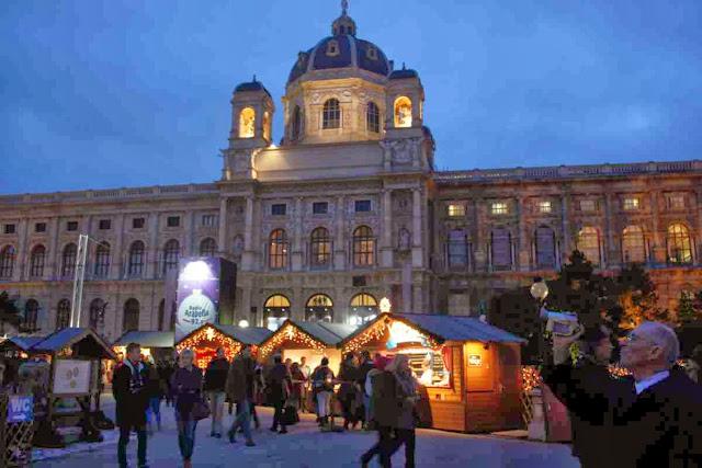 Weihnachtsdorf am Maria-Theresien-Platz in Wien © Copyright Monika Fuchs, TravelWorldOnline
