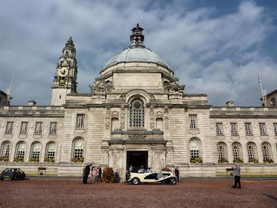 Boda a las puertas del Ayuntamiento de Cardiff