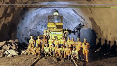 Fotografia de equipa de trabalho no tunel do Marão