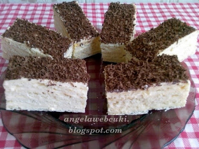 Vaníliás szelet, szalakálés, citromos tésztával, vanília ízű krémmel, reszelt csokoládéval a tetején.