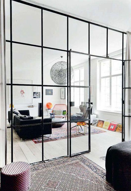 elegant skillevæg lavet af glas og metal sprosser i en gammel skole i København